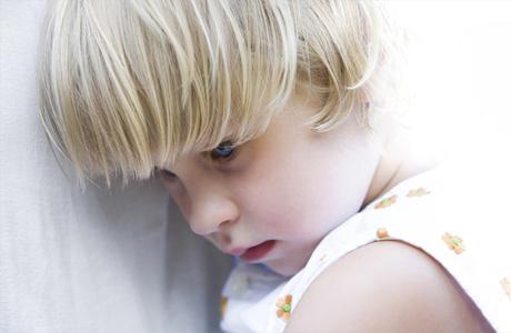 Почему ребенок стесняется? Что делать с малышом?