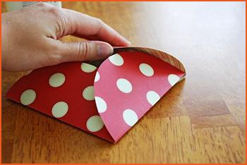 Сворачиваем и украшаем конверт