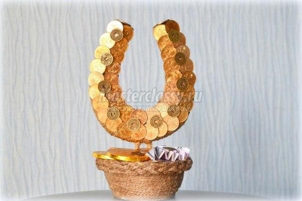 Денежная подкова с монетами своими руками